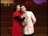 巩汉林和妻子金珠在嘉祥演出的小品《浪漫的事》